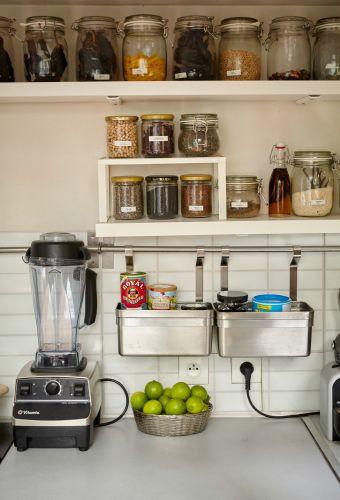 Liz oppbevarer chili og krydder i gjennomsiktige krukker med lokk for å holde dem friske og synlige