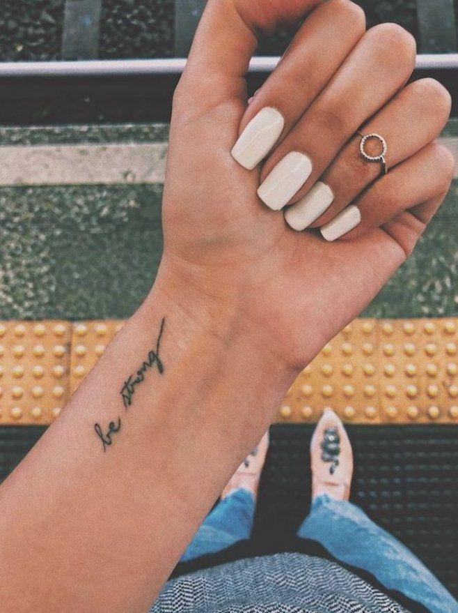 tattoo-schriften-handgelenk-tattoo-mit-bedeutung-be-strong