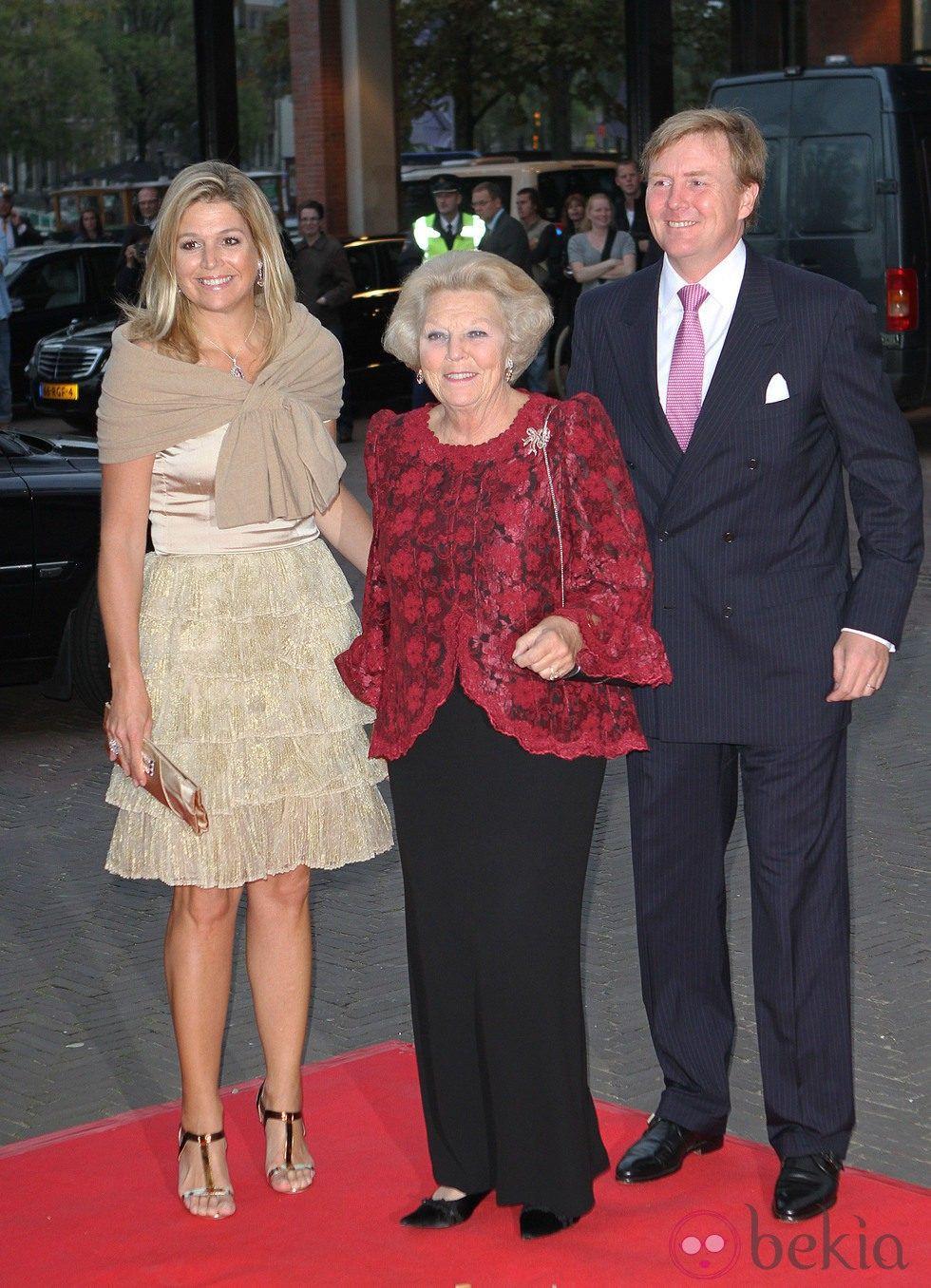 La Reina Beatriz de Holanda y los Príncipes Guillermo y Máxima en el 50 aniversario del Ballet Nacional holandés