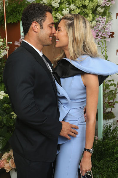 BREAKING NEWS - JENNIFER HAWKINS MARRIES JAKE WALL  A huge congrats is in order to former Miss Universe Jennifer Hawkins and long time boyfriend Jake Wall who have tied the knot after an 18 month engagement.