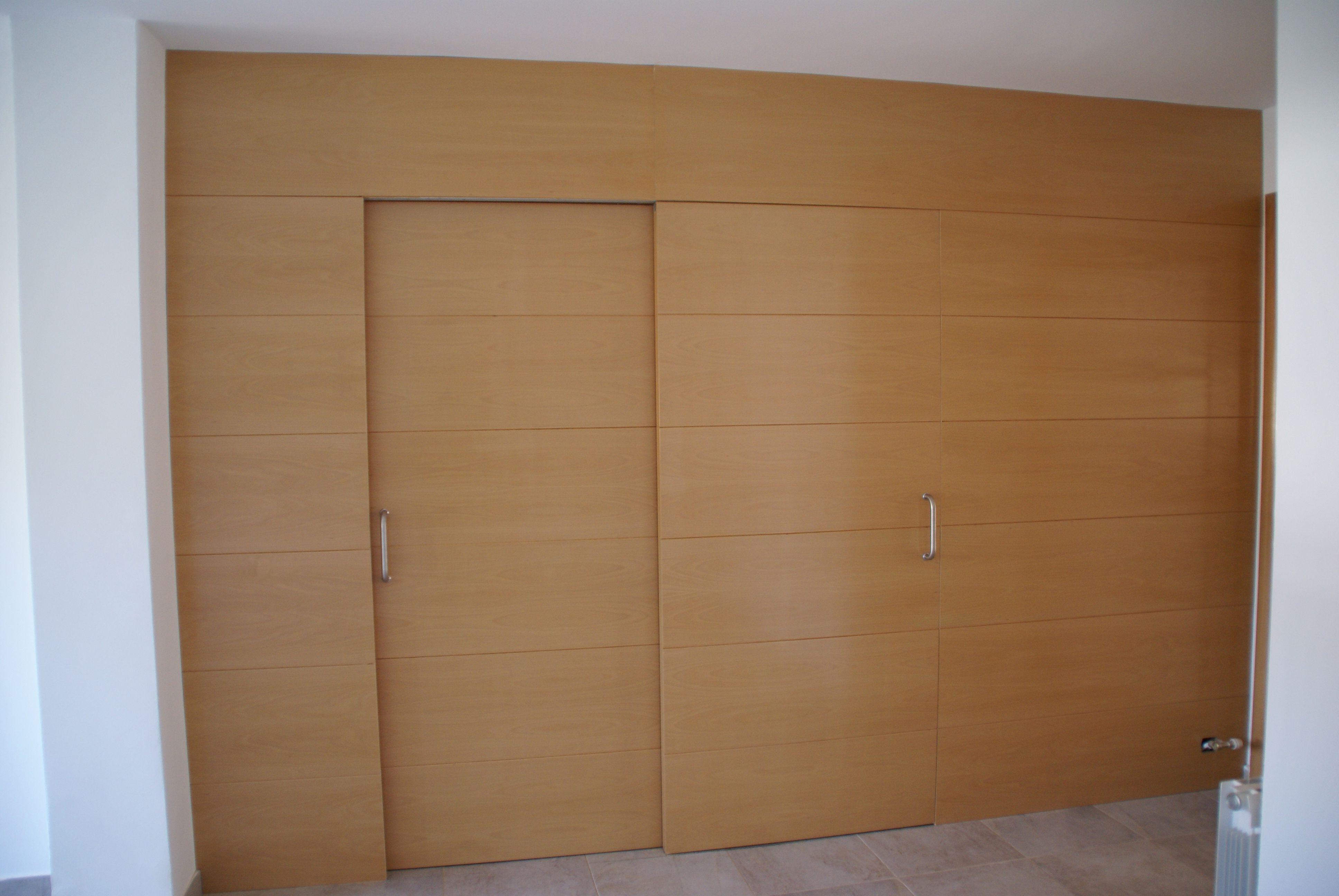 Corredera de doble hoja con panelado de pared a juego for Puertas dobles de madera