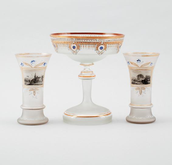 Set com par de vasos e centro de mesa em opalina de meados do sec.19th. 23cm / 17cm, 1,150 USD / 1,040 EUROS / 4,505 REAIS / 7,310 CHINESE YUAN soulcariocantiques.tictail.com