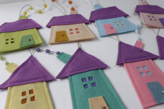 Grupo de ocho casas en fieltro para colgar. Decoracion adorno