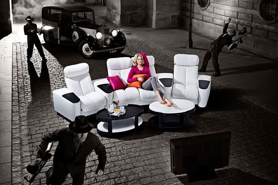 Poca iluminación y un lugar confortable para sentarse y disfrutar de ...
