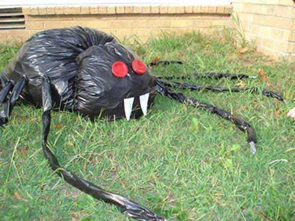 26 diy ideas how to make scary halloween decorations with trash 26 diy ideas how to make scary halloween decorations with trash bags solutioingenieria Image collections