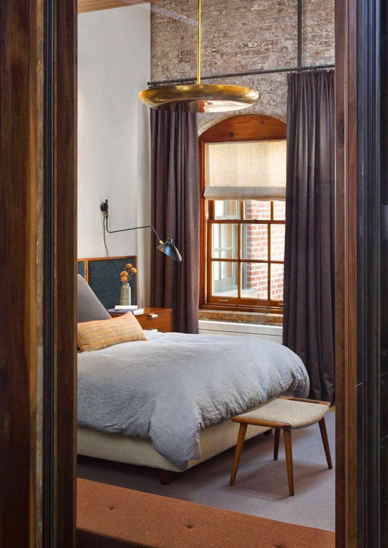 Loft bedroom no door  Um loft Mid Century Modern no bairro de Tribeca NYC  loft ideas