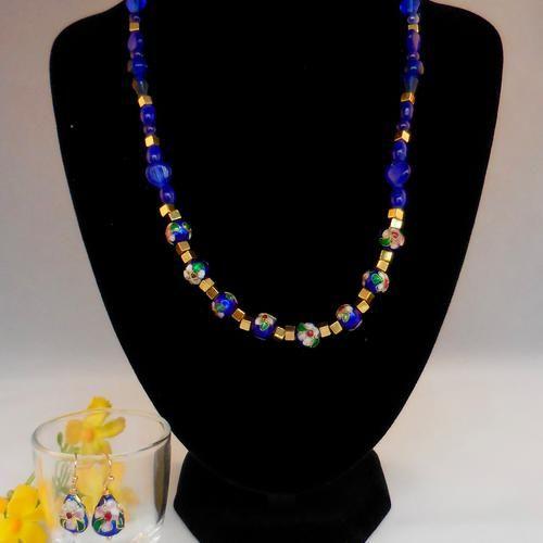 Een juwelenset met de koninklijke kleuren blauw en goud en afgewerkt met handbewerkt emaille cloisonné.   De oorbellen zijn ook met hangertjes uit handbewerkt emaille cloisonné. Oorhaakjes in rosé goudkleur.  Kortom: een set voor speciale gelegenheden!