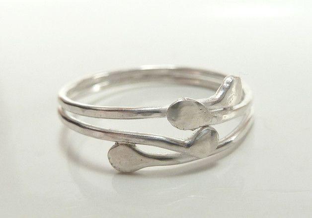 Du siehst hier einen zarten aber dennoch stabilen Ring aus Sterlingsilber. Er besteht aus zwei Ringschienen, die oben und unten verlötet sind. Auf der nach oben getragenen Seite fächert sich der...