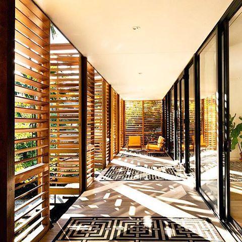 Bom dia! Esta residência em Miami, na Flórida, é um ótimo refúgio no meio da cidade grande. A construção, repleta de esquadrias de aço, tem a beleza das brises de madeira que deixam a luz natural entrar nos ambientes. Projeto do escritório Brillhart Arquitetura.