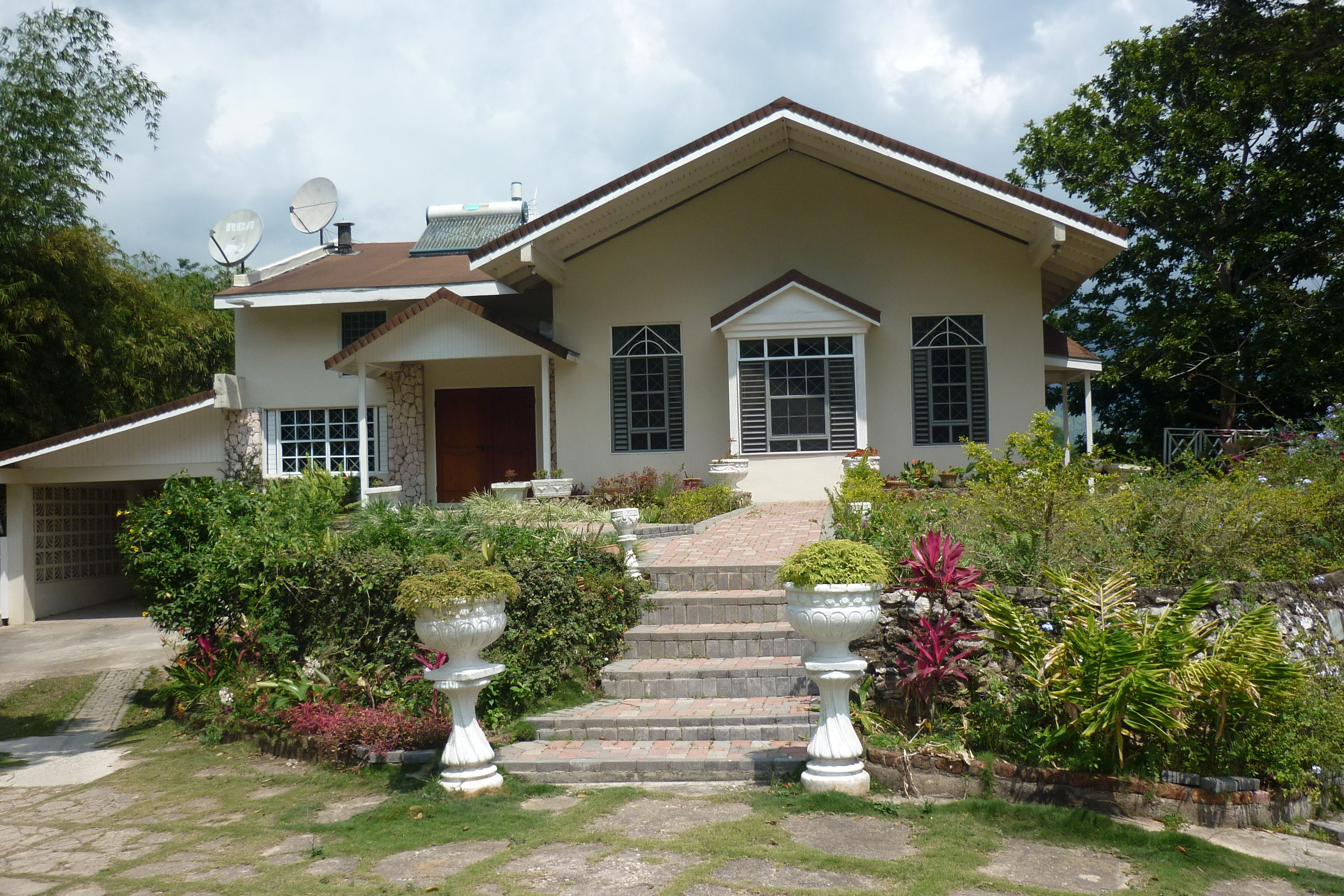 House For Sale In Kingston St Andrew Jamaica W I This Cosy Home Is Nestled On Approx 13 Acres In Smokey Vale House Design Cheap Houses For Sale Sale House