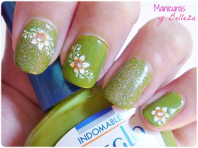 Nail art green nails with glitter and flowers / Manicura verde con ...