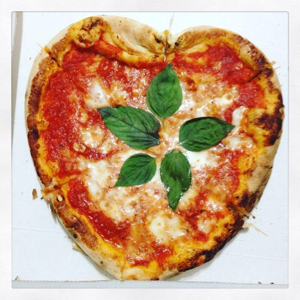 #pizzaiolo #romanticone ❤️ #dinner #time #me #now #pic #picoftheday #photo #photooftheday #tagsforlikes #like4like #tumblr #flikr #social #love #instadinner #summer #margherita #pizza #italia #robyzl #serendipity #love