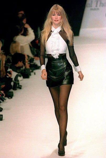 Caras Claudia Schiffer Faz Hoje 45 Anos Ideias Fashion Claudia Schiffer Moda De Passarela