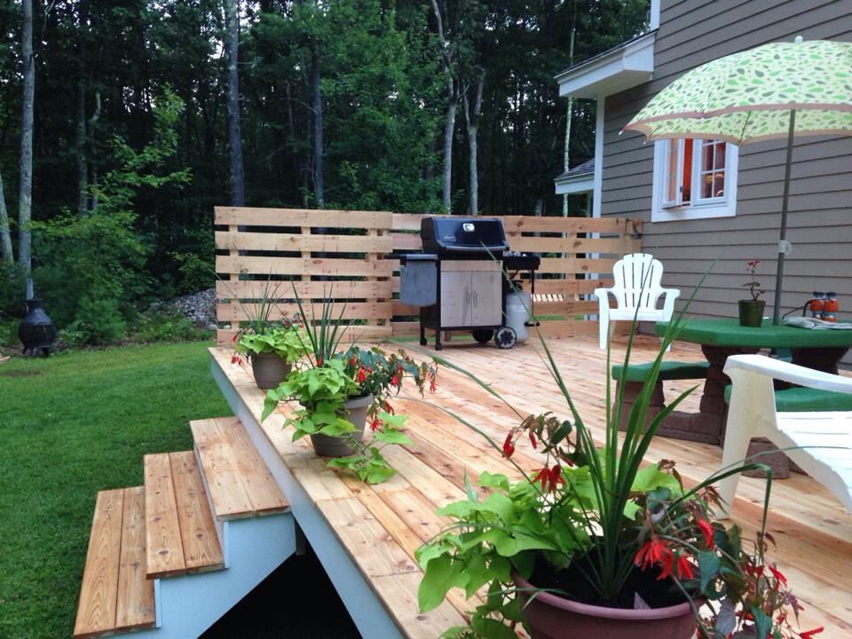 Cedar deck with pallet half-wall   Projects done ...