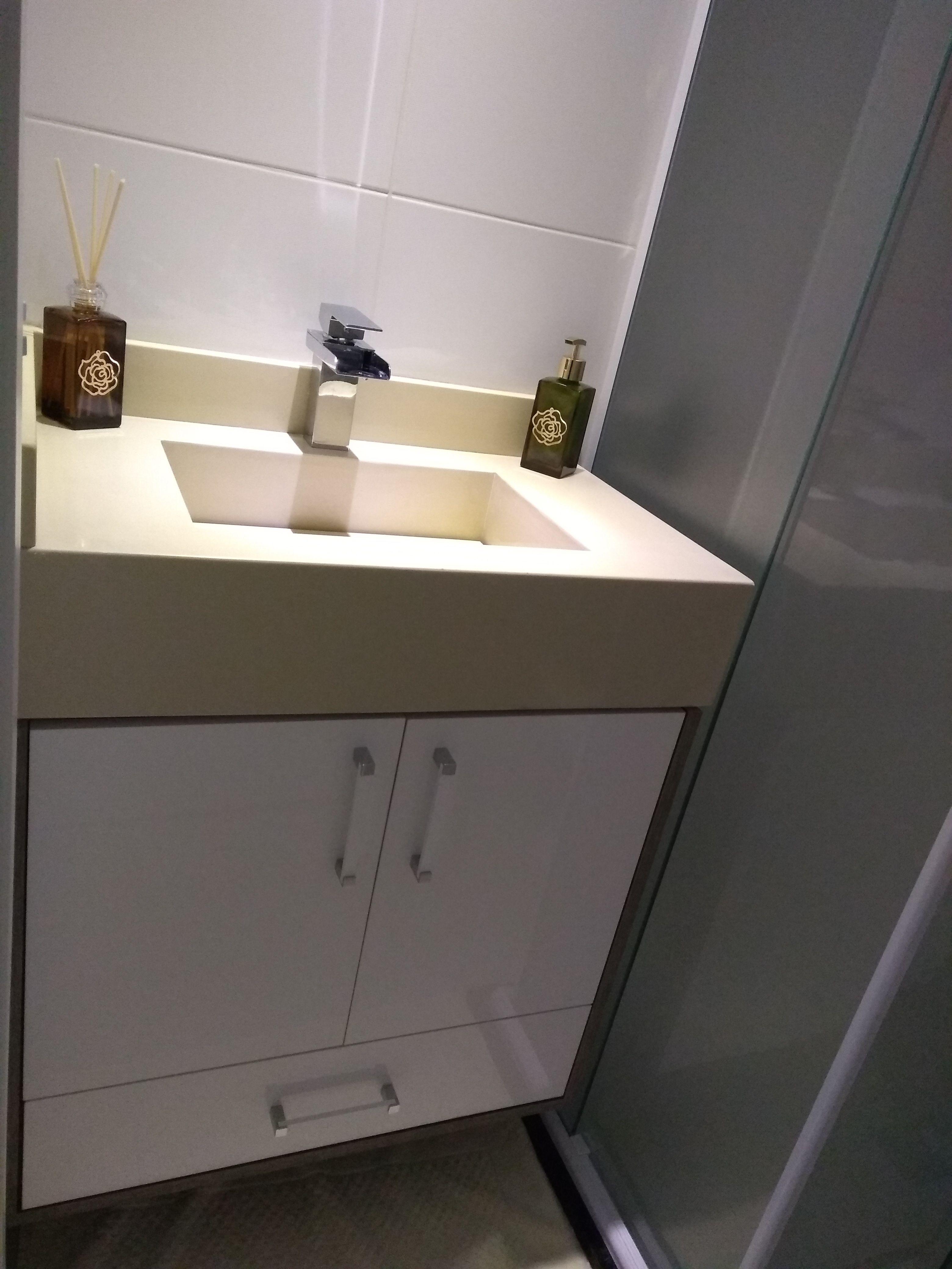 Banheiro Pequeno Com Pia Esculpida Gabinete Em Laca Branca