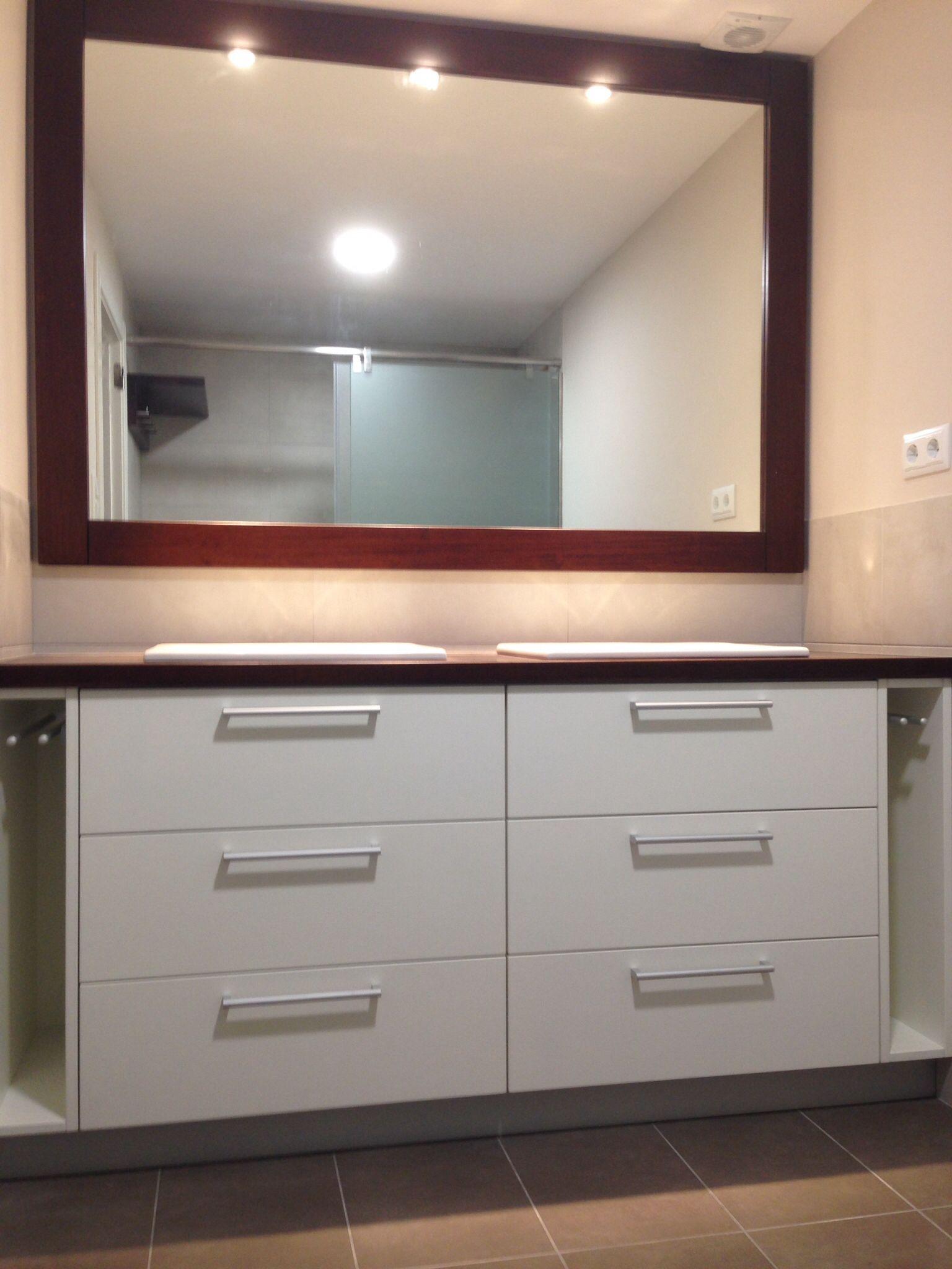 Mueble de ba o sobre y marco para el espejo de iroko for Marcos de espejos