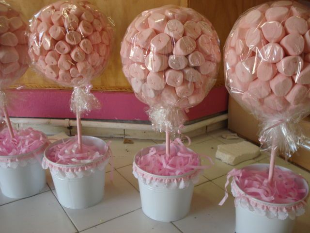 Decoraci n de centros de mesa con bombones manualidades - Como hacer centros de mesa con dulces para bautizo ...