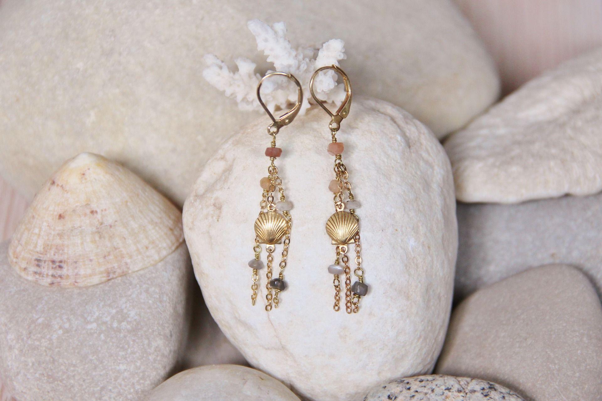 Myo jewel, Boucles d'oreilles coquillages en Pierres de Lune nude, blanc, gris et laiton brut (doré) / Moonstone with raw brass shell earrings