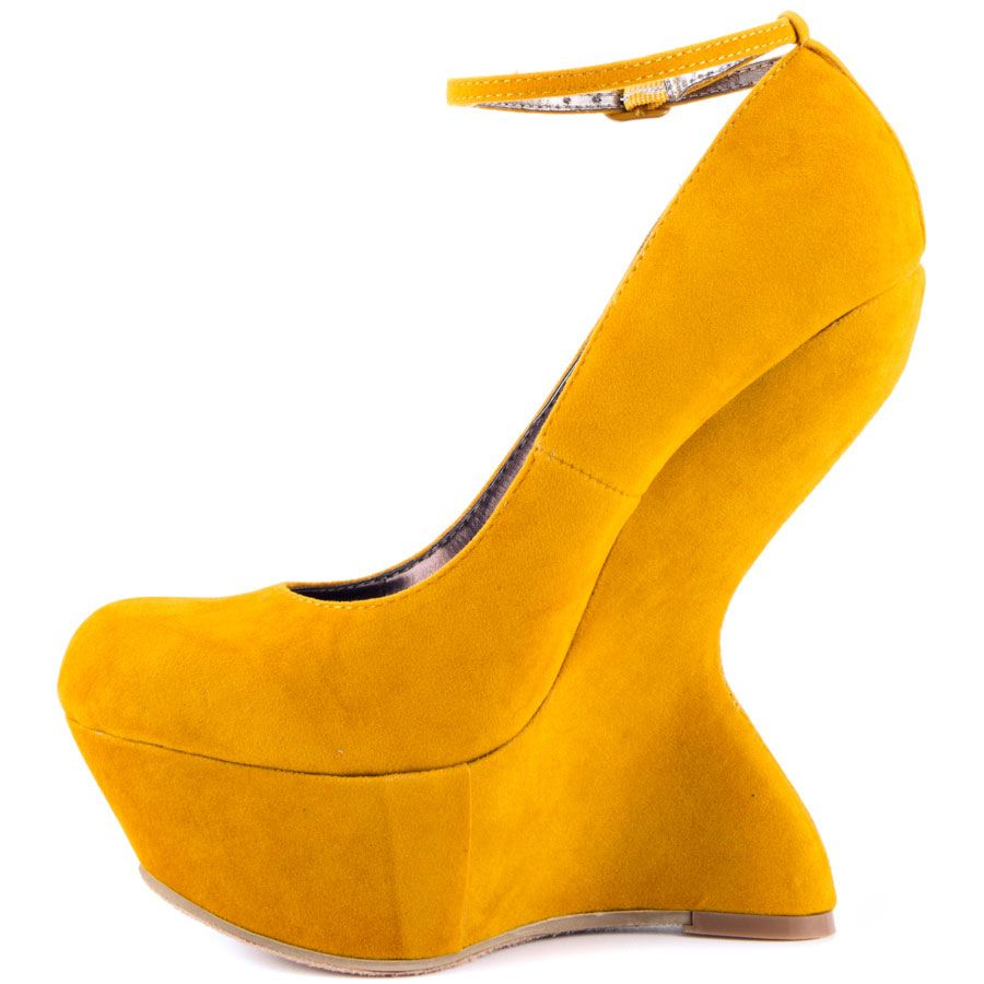 Hope I'm lucky in these yellow shoes, Gracie Schram! Steve Madden made them. We can buy them for $99.99. #DoYourLaundry