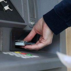 Algunas entidades permitieron la extracción de moneda extranjera con tarjeta de débito. Otras lo harán próximamente.