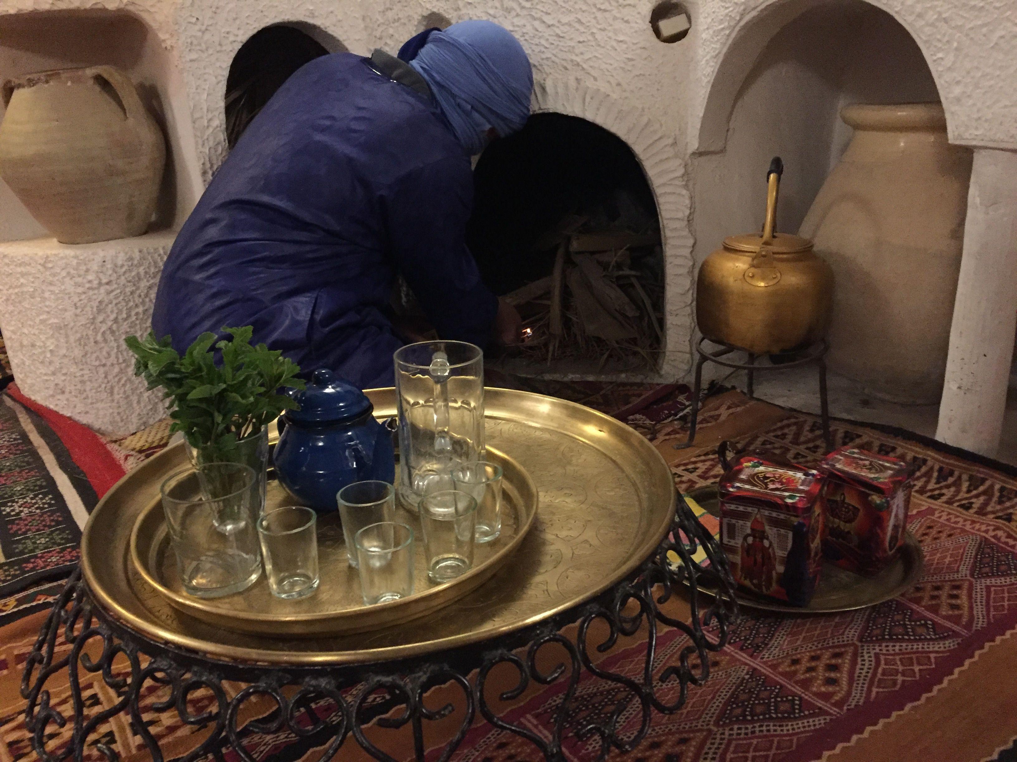 """Préparation du feu pour le thé dans la maison d h´tes """"Gite Tarist"""