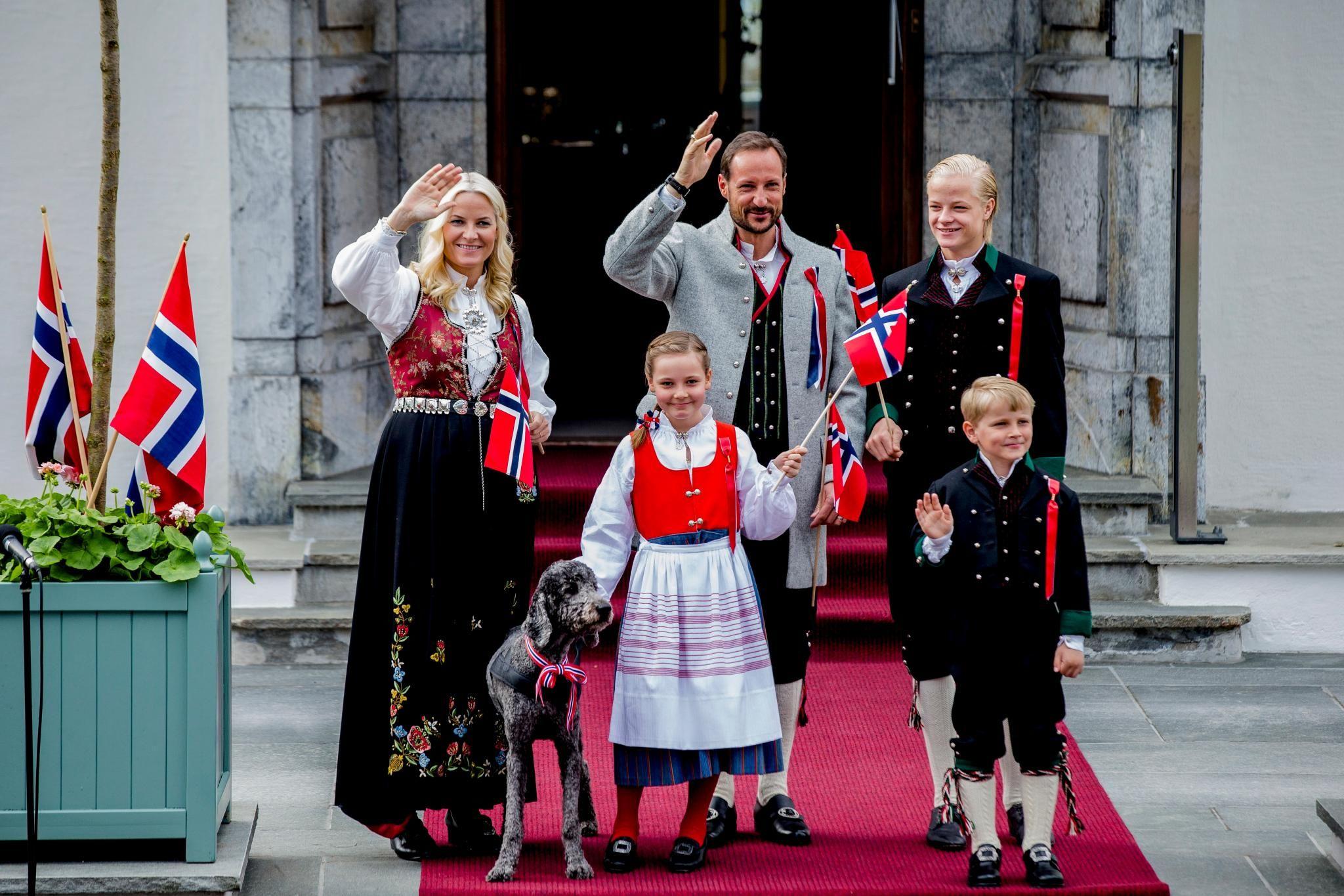 17 Mai 2013 Am Nationalfeiertag In Norwegen Zeigt Sich Die Kronprinzenfamilie Traditionell In Tracht Und Mit Hund Milly Kakao Norwegen Prinz Nationalfeiertag