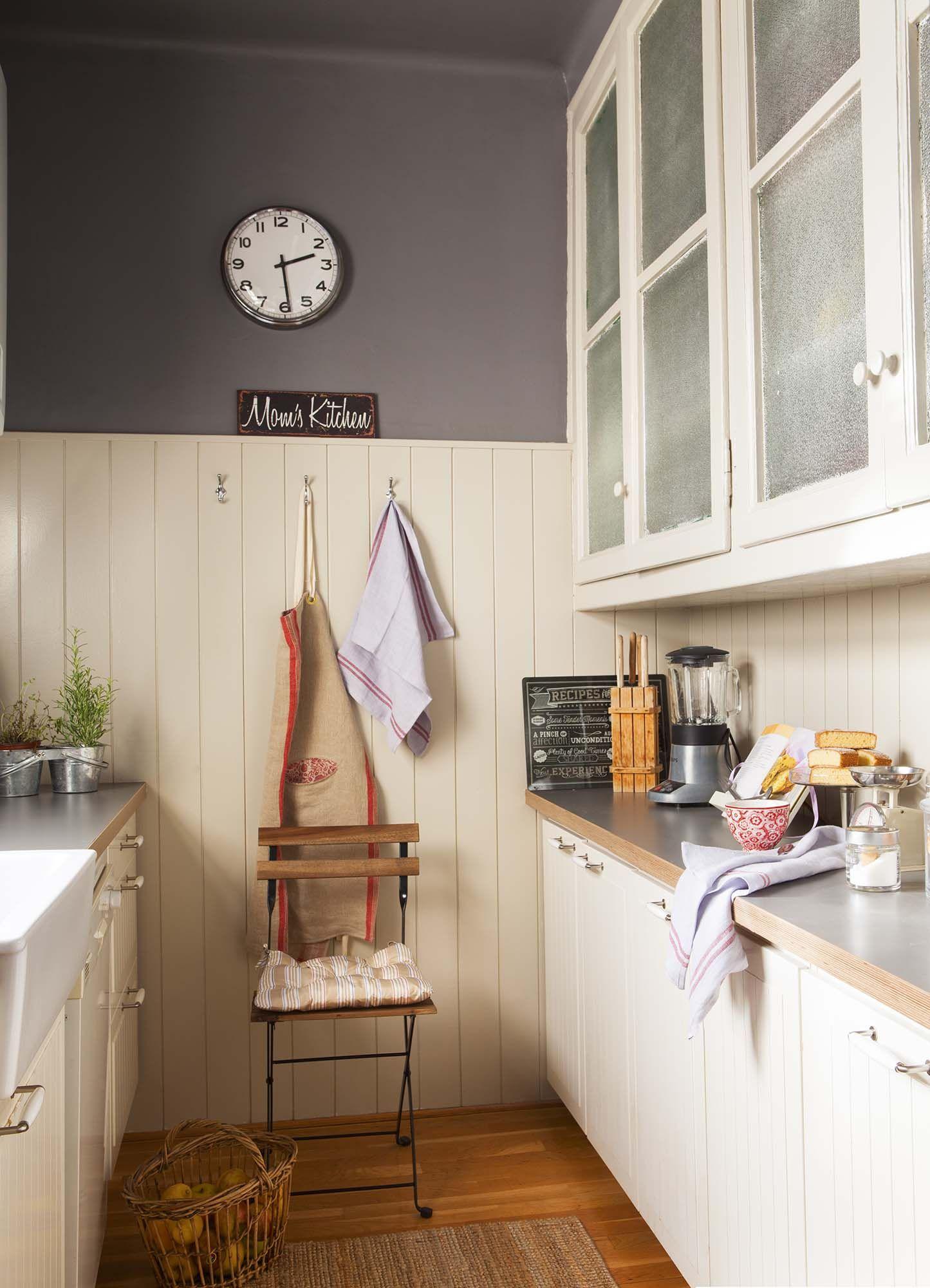 Cocina con mobiliario en blanco, pared gris y arrimadero de lamas ...