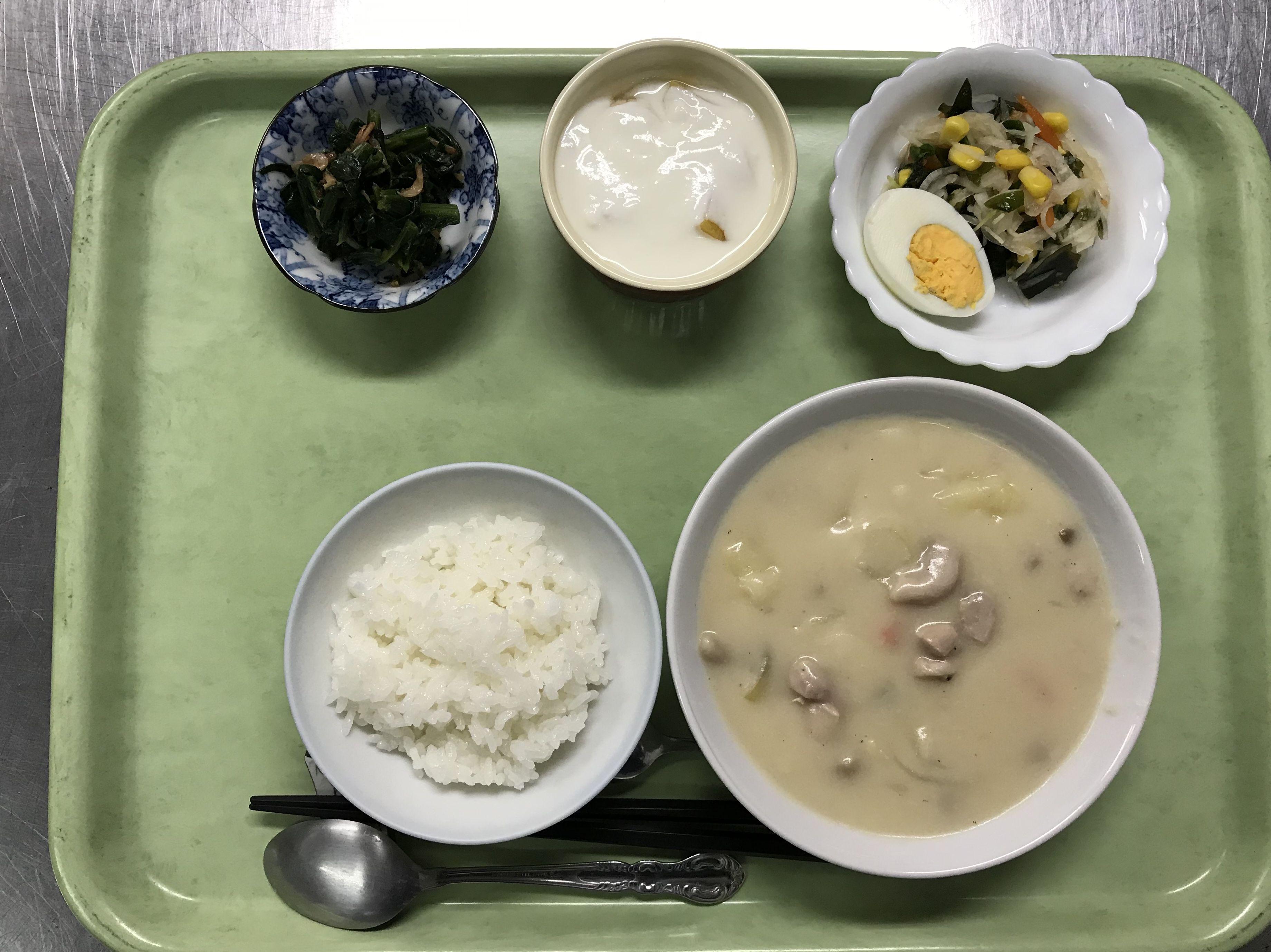 1月31日。鶏のクリームシチュー、桜えびとほうれん草の炒め物、和サラダ、フルーツヨーグルトでした!595カロリーです