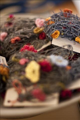 Colares de rede de pesca com flores em crochet de algodão - Ateliê Nara Guichon