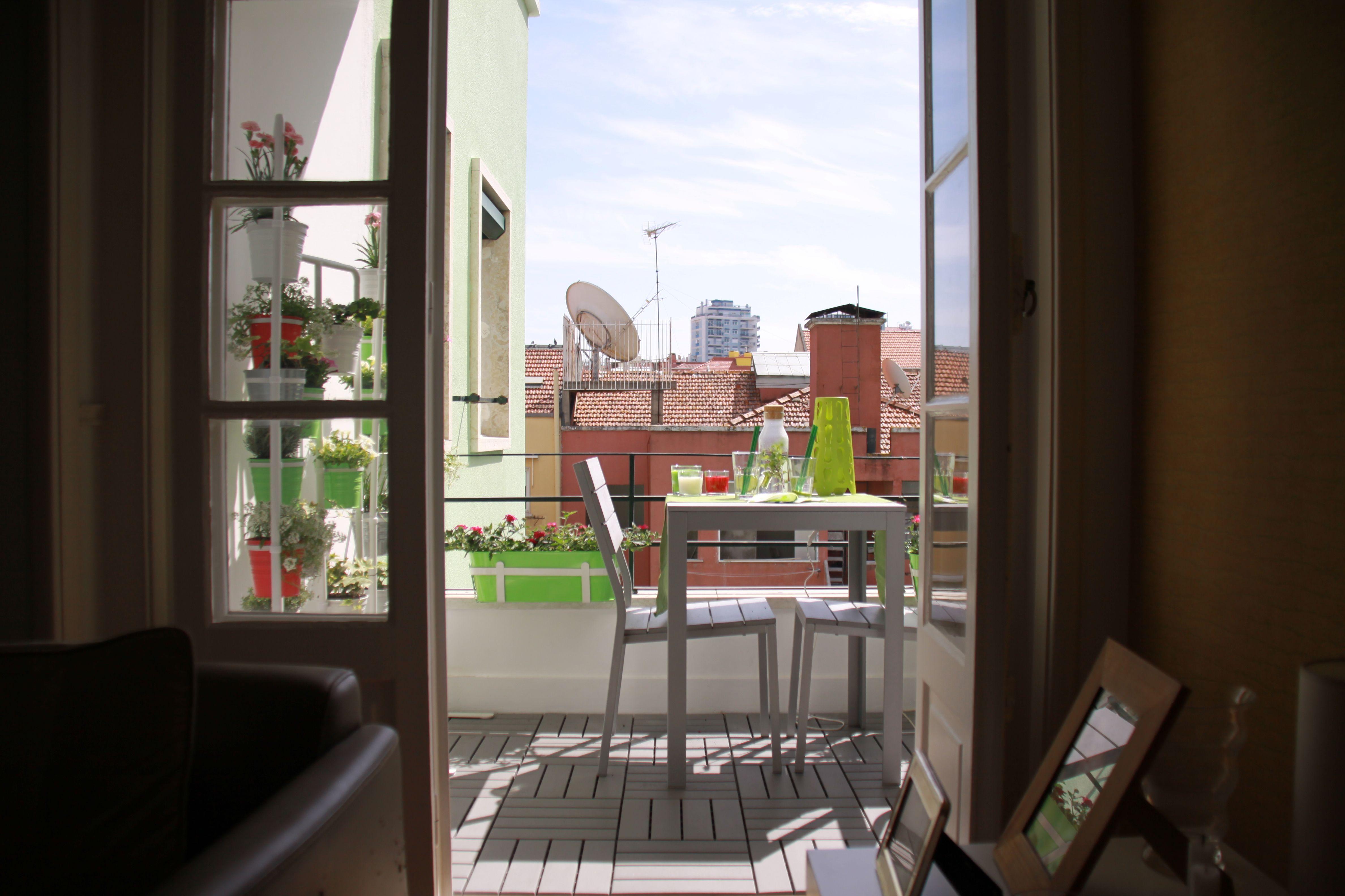 Sala com vista para o jardim.