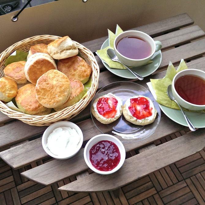 """Mikä olisi parempaa kuin """"Tea for two"""" eli vasta paistetut skonssit mascarponen ja mansikkahillon kera hyvässä seurassa, kiireettömästi nautiskellen!"""