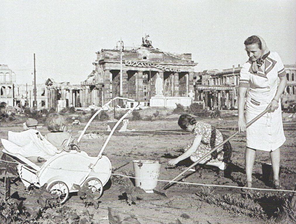 Berlin Brandenburger Tor 1 Juni 1946 Selbsthilfe Zeit Geschichte Geschichte Deutschland Nach 1945