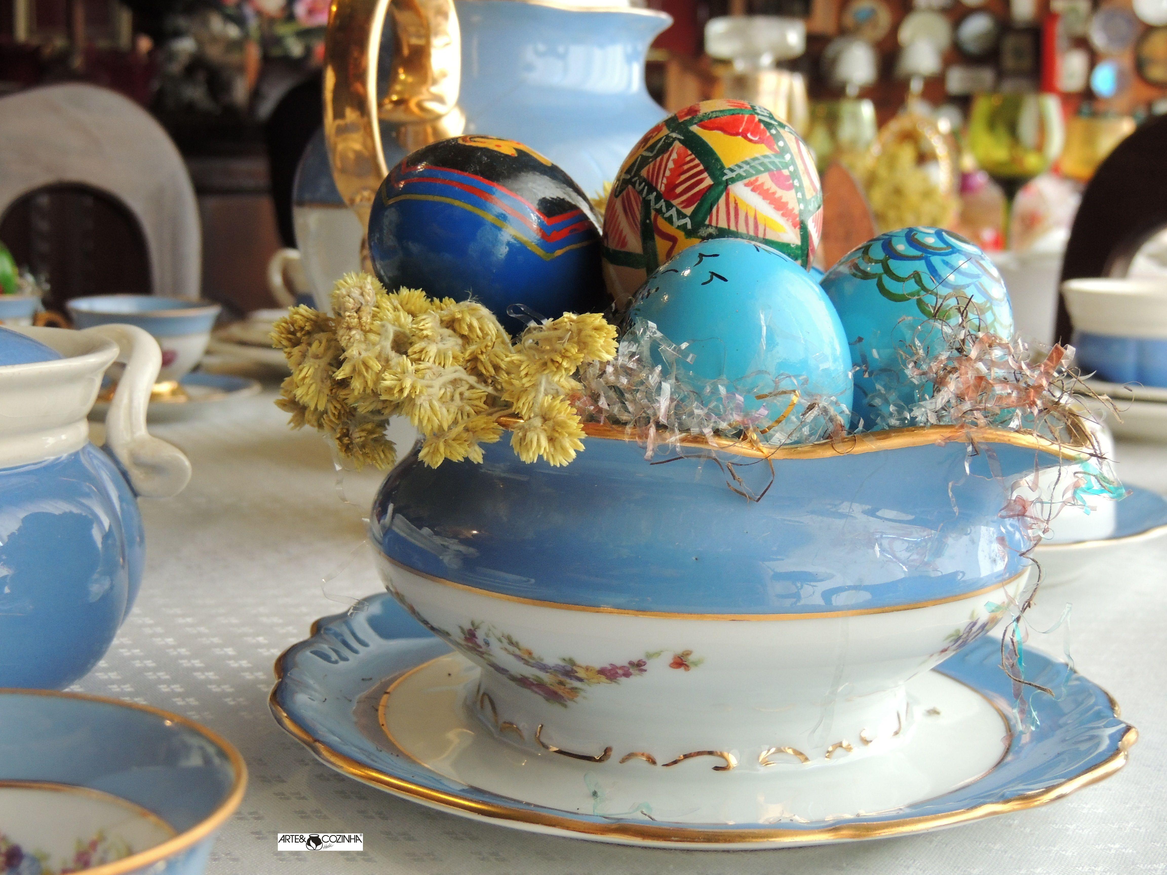 Requinte e simplicidade nas louças combinadas com os ovos pintados à mão, onde cada detalhe oferece continuidade ao outro. Decoração da mesa:Heda Seffrin Fotografia:Simone Seffrin