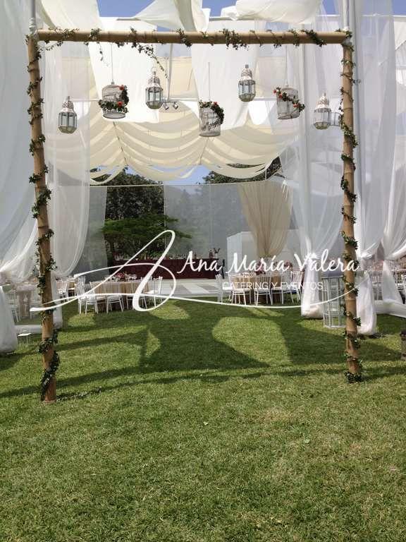 """Ingresa """"Arco de Bambú"""" decorado con flores faroles y jaulitas"""