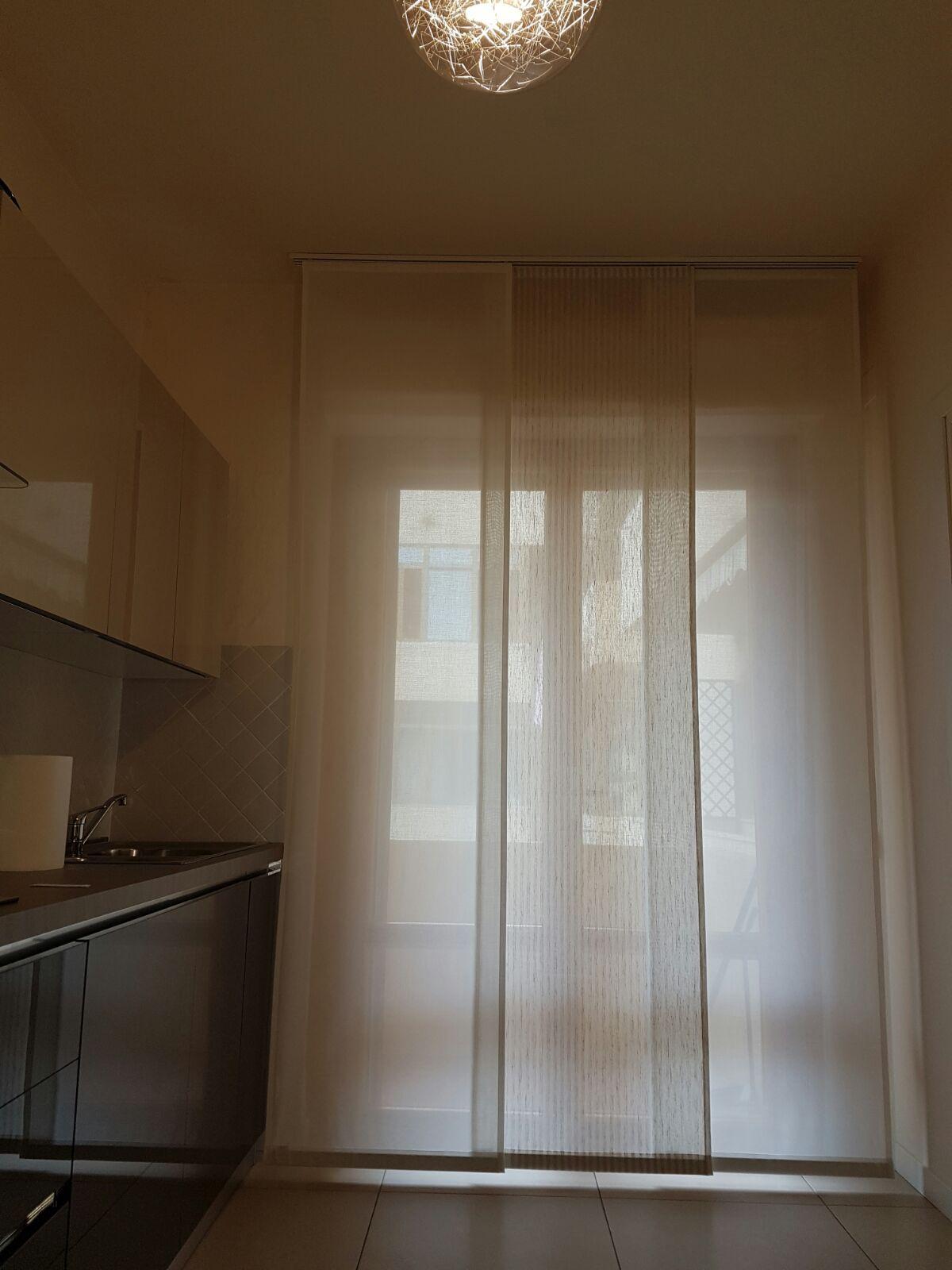 Tende a pannelli bianche cucina tende da interni for Tende a finestra