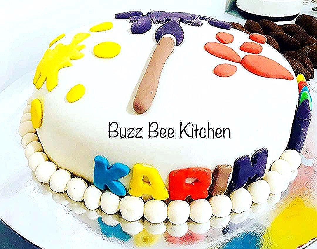 كيكة عيد ميلاد مغلفة بعجينة السكر Art Theme محشية بالنوتيلا وكريمة الزبدة Chocolatecake Fondantcake Fondant Halalfondant Artca Cake Coffee Mugs Desserts