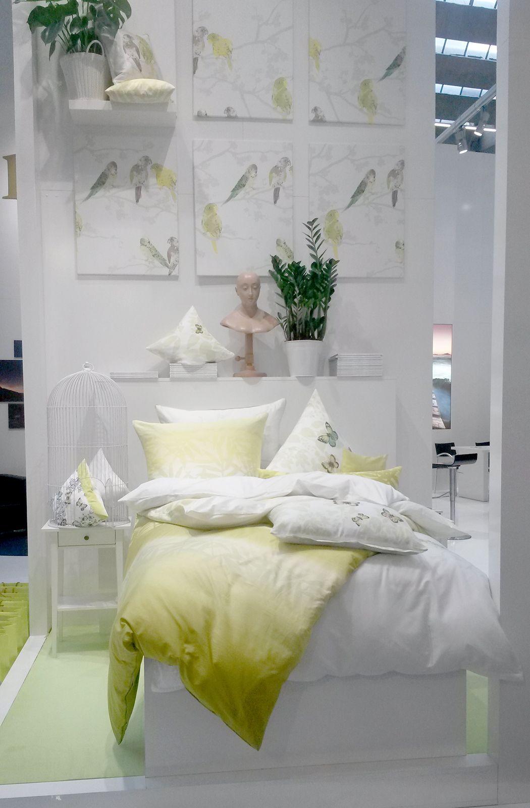 Schöne helle Bettwäsche in grün und weiß und die passende