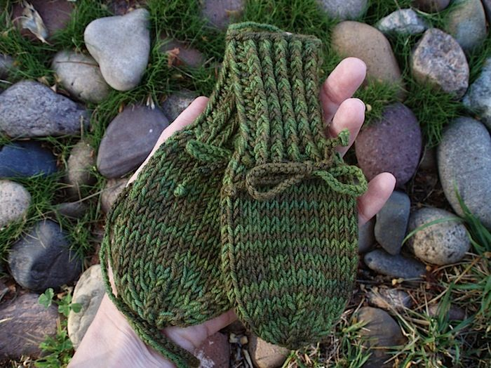FO and Pattern: Stay-Put Baby Mitts | Araña