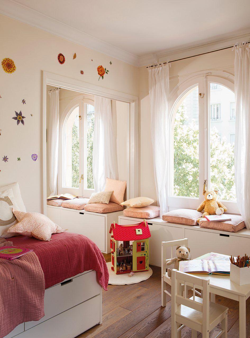 49c5347b0 Cuarto con flores Todos los muebles han sido diseñados por Anna Taberner.  Mesita de juegos y sillas de Ikea.