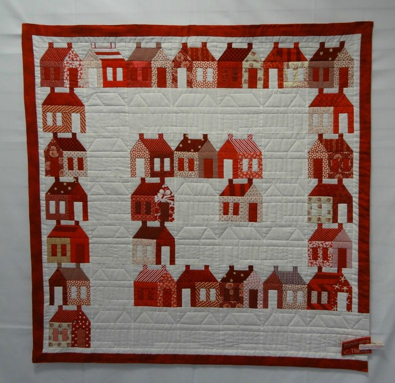 Red and white house quilt from 'En Rouge et Blanc' (Biard, November 2013). Photo by La boite de Biscotte