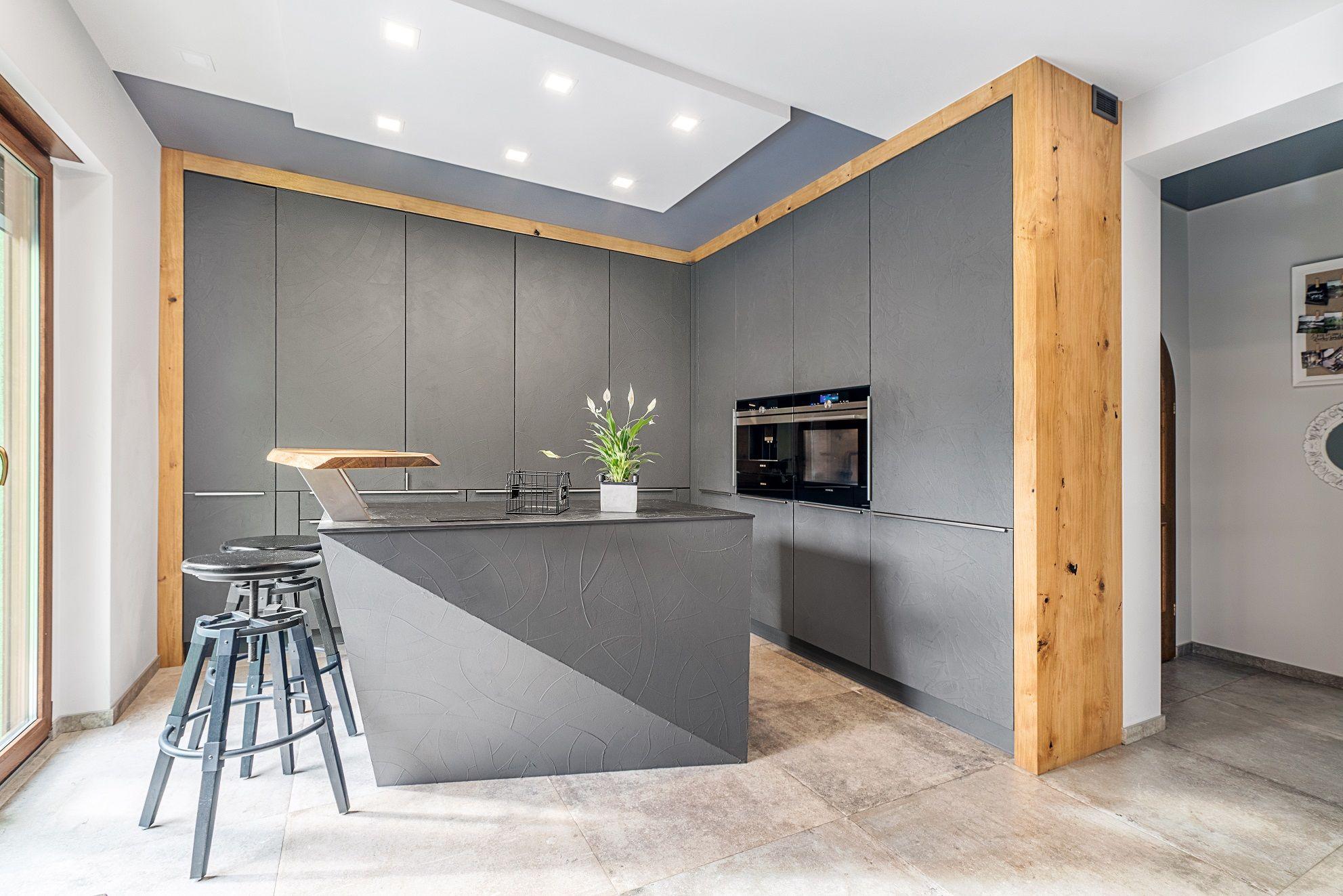 Minimalistyczna Kuchnia W Stylu Nowoczesnym Idealnie Wkomponowuje Sie W Aranzacje Mieszkania I Stanowi Estetyczne Tlo Dla Tego Co Furniture Room Divider Decor