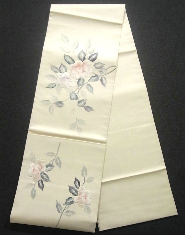 This is a Fukuro obi with a design of elegant sasanqua, which is dyed and embroidered.
