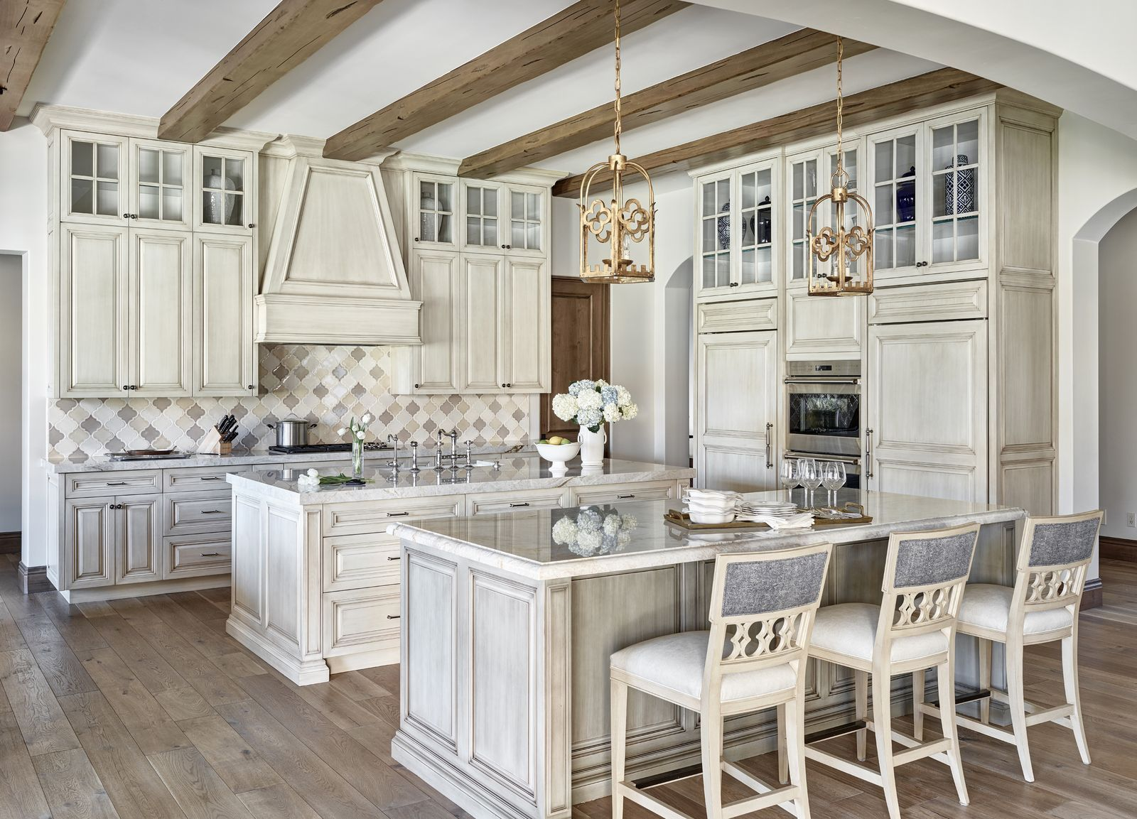 28 Stylish Kitchens With Concealed Range Hoods In 2020 Antique White Kitchen Shabby Chic Kitchen Grey Kitchen Cabinets