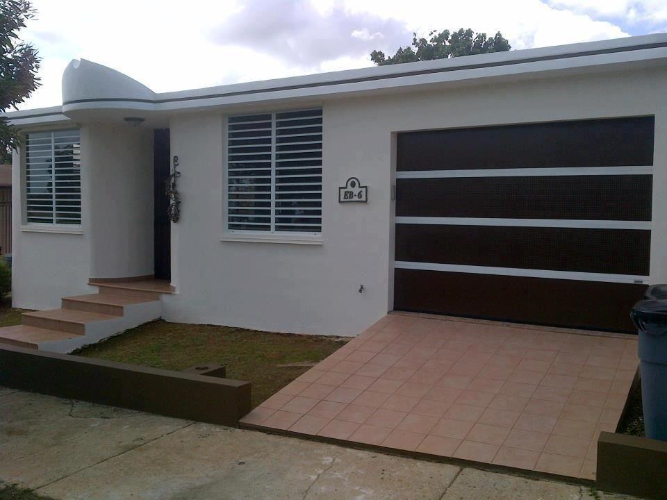 Puerta de garaje perforada en combinaci n de colores y for Puertas de garaje modernas