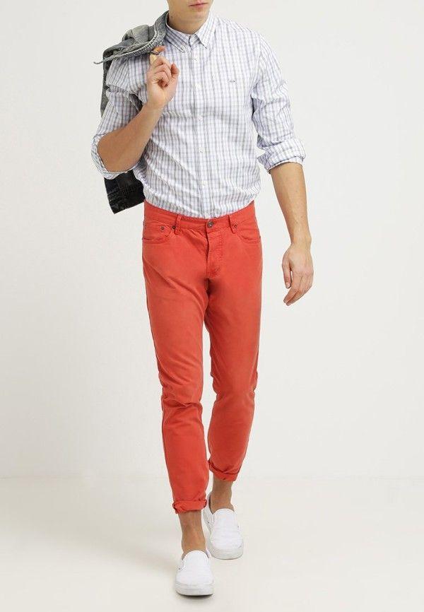 ab6c763d0 Cómo llevar pantalones de colores para hombres  pantalones  colores  hombres …