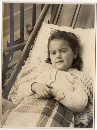 OLD-ORIGINAL-PHOTO-PRETTY-LITTLE-GIRL-SITTING-ON-DECK-CHAIR-1950s