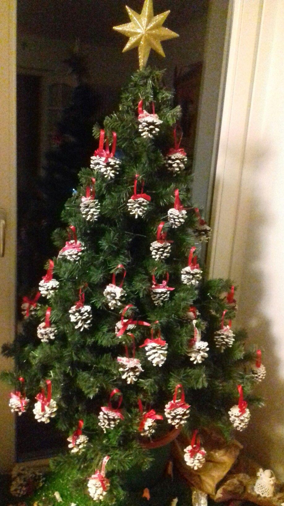 Albero Di Natale Con Pigne.Albero Di Natale Con Pigne Colorate Con Tempera Bianca Natale Alberi Di Natale Pigne
