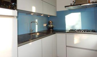 Witte Keuken Sfeer : Kleurstalen aluminium achterwand in de kleur blauw. om sfeer aan te