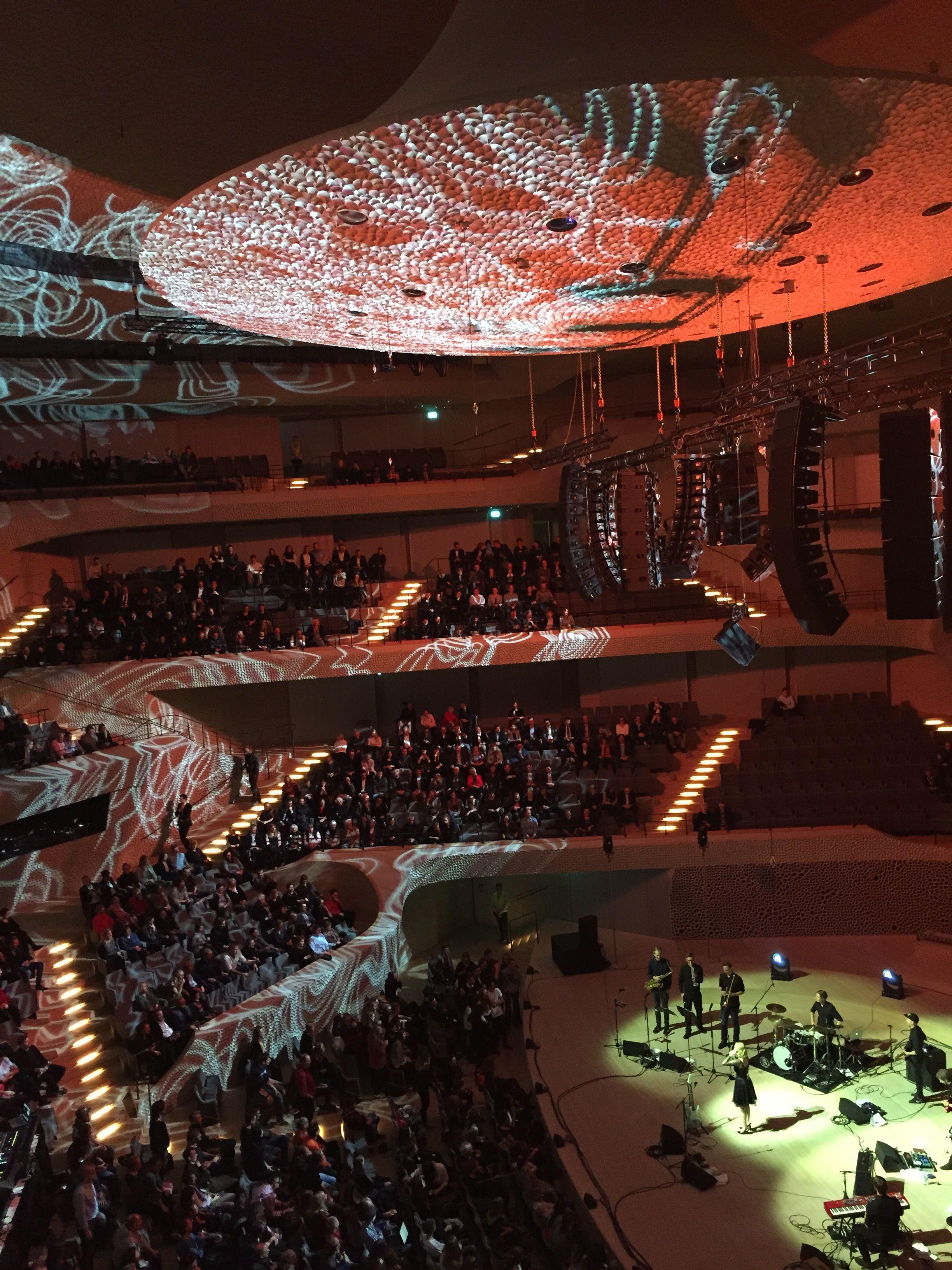 Spektakulare Lichtshow In Der Elbphilharmonie Hamburg Germany Elphi Hafencity Hamburg Hafen City Schone Stadte Deutschland