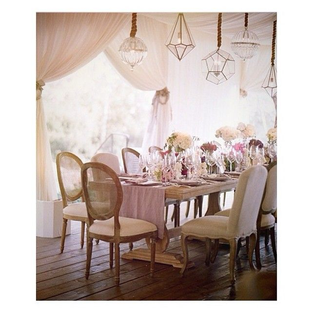 We love small and friendly weddings in a house, it's very romantic and exceptional. #weddingideas #weddingstyling #housewedding #romanticwedding #nwdreamsettings